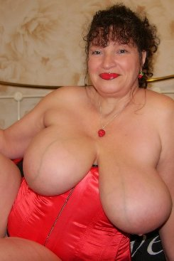 PICTURE SET: Mature Busty Kim in Red