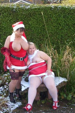 PICTURE SET: Outdoor posing in Xmas outfits