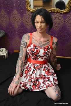 PICTURE SET: Tattooed tranny plays with herself