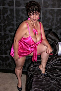PICTURE SET: Mature Kim in Pink