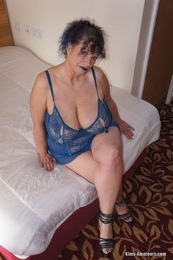 PICTURE SET: Mature busty Kim posing in blue