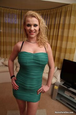 PICTURE SET: Anita Vixen strips out of her little green dress