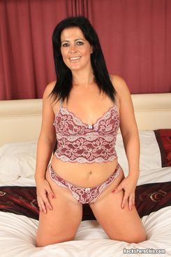 PICTURE SET: English MILF posing for you