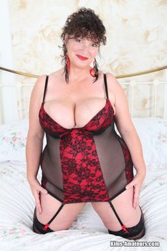 PICTURE SET: Mature Kim poses in lingerie and stockings