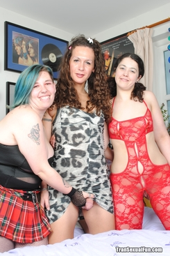 PICTURE SET: Shemale with 2 chubby females