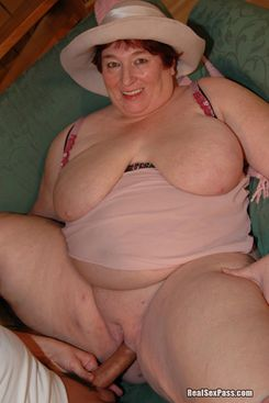 PICTURE SET: Big mama takes a fuck and a facial