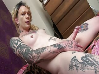 Tattooed tranny plays on the bed